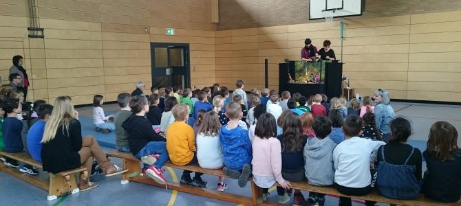 """Aufführung des Umweltstückes """"Johnny und das Müllmonster""""  an der Hans-Memling-Grundschule"""